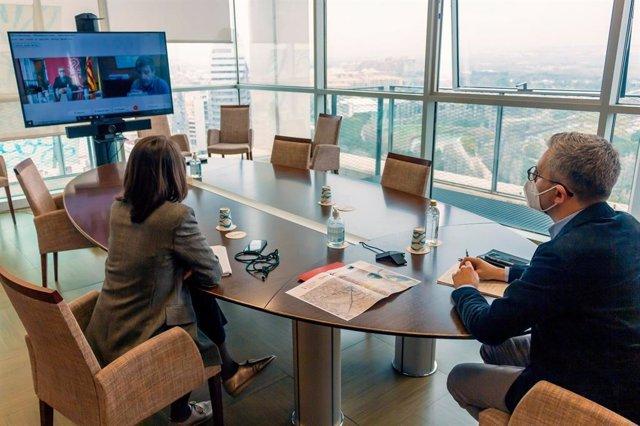 El conseller de Política Territorial, Obras Públicas y Movilidad, Arcadi España, que ha reunido telemáticamente con el presidente de la Autoridad Portuaria de València (APV), Aurelio Martínez.