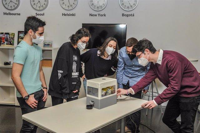 Equipo de estudiantes MakersUPV con el dispositivo que han creado, SmartPill