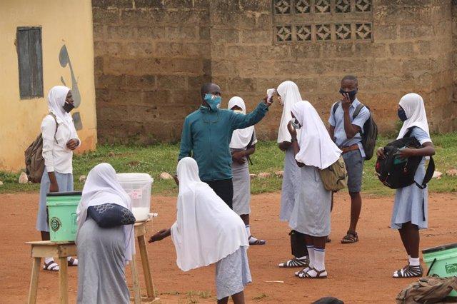 Archivo - Comprobación temperatura en una escuela de Iseyin, Nigeria