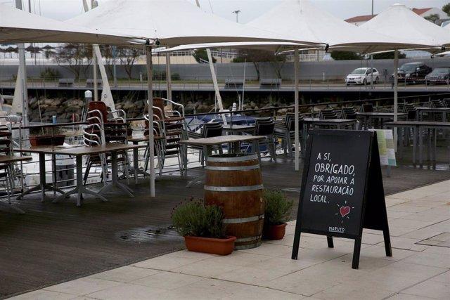 Terraza de un restaurante cerrado en Lisboa
