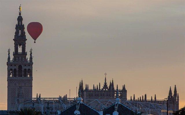 Archivo - Un globo por los cielos de Sevilla,  junto a la Giralda y Catedral.