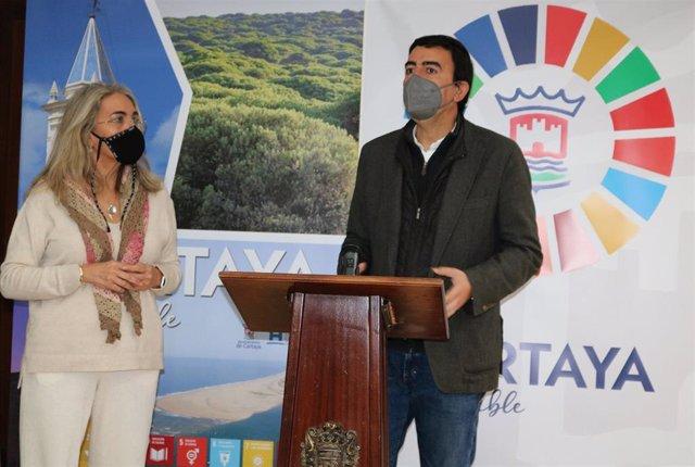 El parlamentario andaluz por el PSOE de Huelva Mario Jiménez, en su visita al Ayuntamiento de Cartaya (Huelva).
