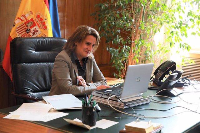 La vicepresidenta cuarta y ministra para la Transición Ecológica y Reto Demográfico, Teresa Ribera, en su reunión por videoconferencia con el enviado especial de EEUU para el cambio climático, John Kerry.
