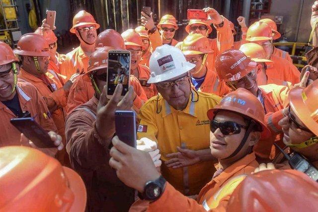 Archivo - El presidente de México, Andrés Manuel López Obrador, con trabajadores de Pemex