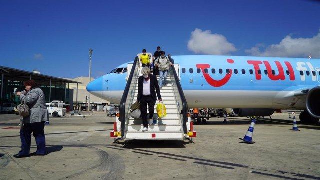 Archivo - Pasajeros alemanes del vuelo de TUI desembarcan en Palma.