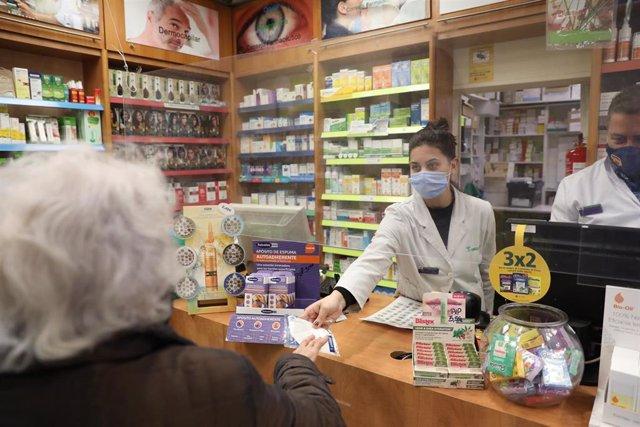Una farmacéutica atiende a una señora