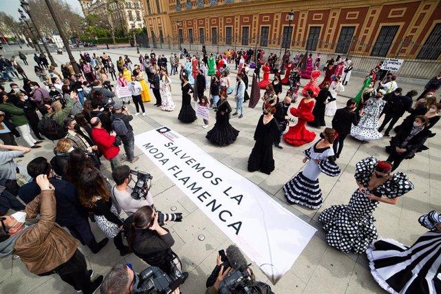 Manifestación a las puertas de San Telmo de Sevilla, donde modelos vestidas de flamenca,  han querido visibilizar la situación crítica del sector.
