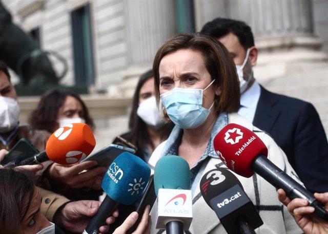 La portavoz del PP en Congreso, Cuca Gamarra, responde a los medios en las inmediaciones del Congreso de los Diputados, en Madrid