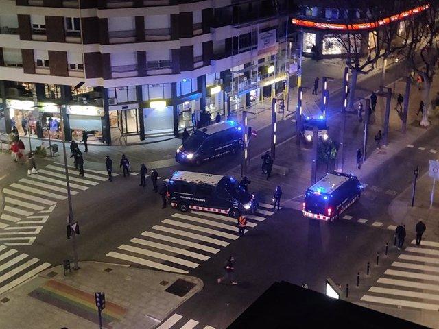 """Manifestación en Terrassa (Barcelona) contra la """"brutalidad policial"""" tras el encarcelamiento del rapero Pablo Hasel."""
