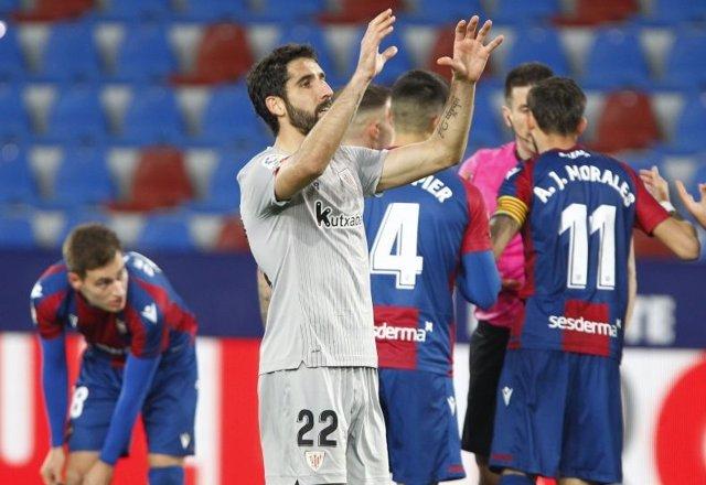Raúl García pide el balón para lanzar el penalti del 1-1 definitivo ante el Levante