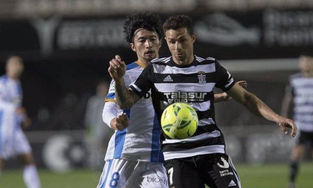 Rubén Castro defiende la pelota ante Gaku Shibasaki en el Cartagena-Leganés