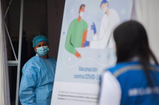 Vacunación en un hospital de Colombia el 18 de febrero de 2021