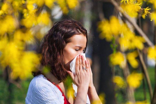 Archivo - Alergia, polen, estornudo, pañuelo