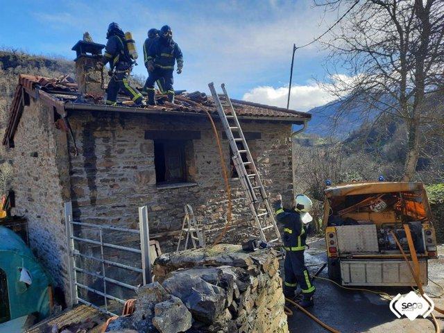 Labores de extinción de un incendio en Aller