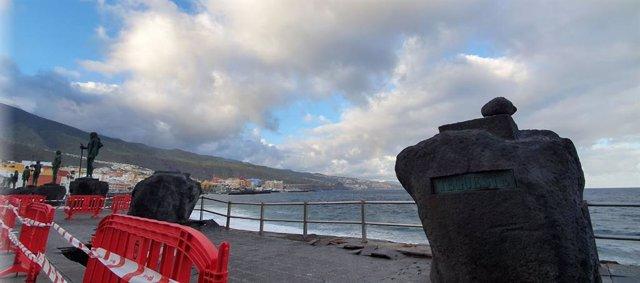 Retirada de dos de las esculturas de los guanches de la Plaza de la Patrona de Canarias