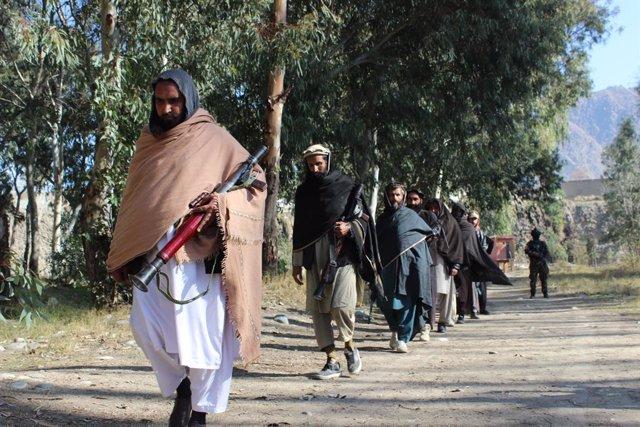 Miembros de los talibán en un ceremonia de rendición en la provincia de Kunar, en el noreste de Afganistán.