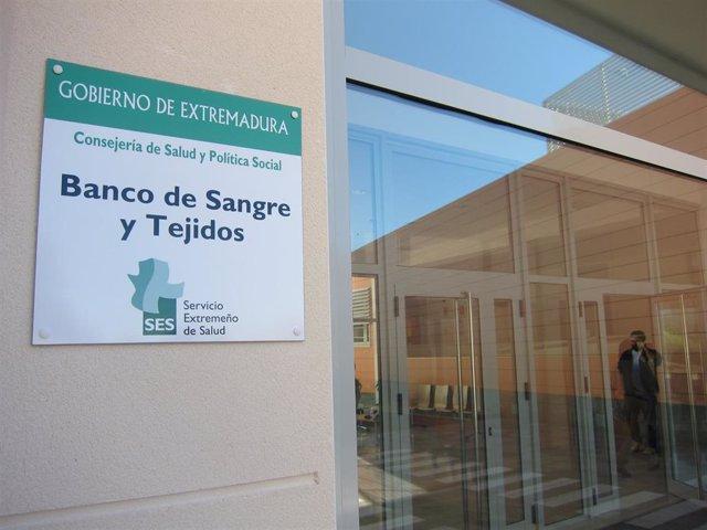 Archivo - Entrada al Banco de Sangre de Extremadura.
