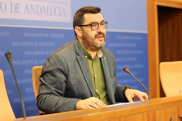 El portavoz adjunto de Adelante Andalucía, Guzmán Ahumada, en rueda de prensa en el Parlamento.