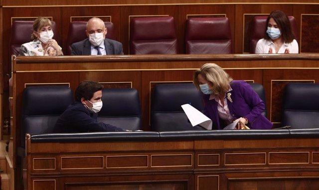 Archivo - El diputado del PSOE Pedro Casares y la vicepresidenta Tercera del Gobierno, Nadia Calviño durante una sesión plenaria en el Congreso
