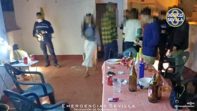 Denuncian a siete personas por celebrar una fiesta en la azotea tras el toque de queda.