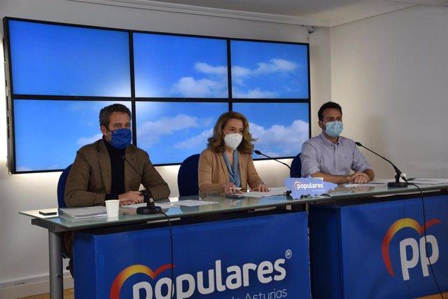 El vicesecretario nacional de Participación del PP, Jaime de Olano, junto a la presidenta del PP de Asturias, Teresa Mallada, y el diputado Álvaro Queipo, en el Comité Ejecutivo Autonómico de la formación.