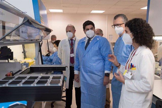 El presidente de la Comunidad, Fernando López Miras, visita el laboratorio de microbiología del hospital Virgen de la Arrixaca