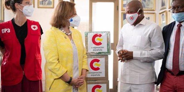 La secretaria de Estado, Cristina Gallach, entrega material humanitario en Conakry