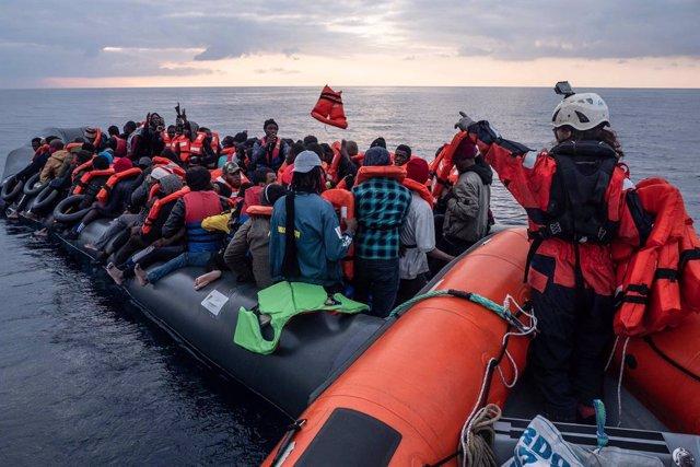 El barco de rescate 'Sea Watch' 3 salva a más de un centenar de migrantes en el Mediterráneo Central