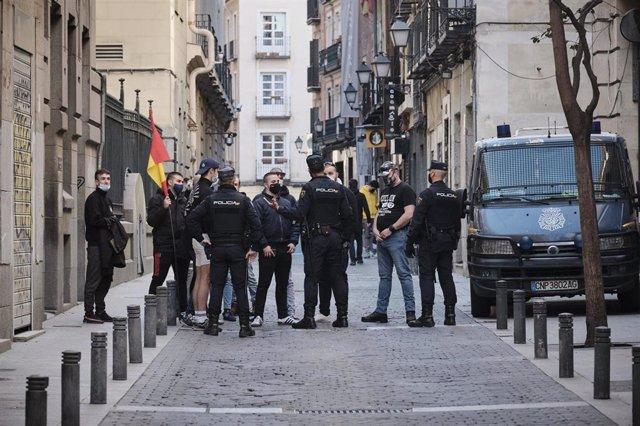 Varios agentes de la Policía Nacional rodean a miembros del grupo de extrema derecha Bastión Frontal durante una manifestación convocada por la Coordinadora Antiprivatización de la Sanidad (CAS) frente a la privatización de la Sanidad Pública en Madrid