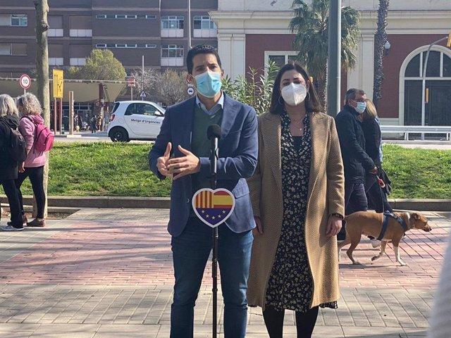 El diputado de Cs en el Parlament Nacho Martín Blanco y la presidenta de Cs en el Ayuntamiento de Barcelona, Luz Guilarte, en declaraciones a los medios.