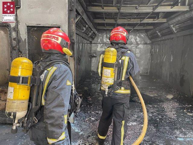 Bomberos extinguen el incendio en un taller de coches en Vila-real (Castellón)