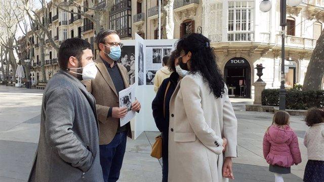 El alcalde de Palma, Jose Hila, asiste a la inauguración de la exposición fotográfica 'El cas de Clara: el repte de viure amb la síndrome de Coffin-Siris'.