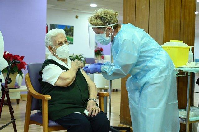 Archivo - Araceli, de 96 años es la primera persona en vacunarse contra el COVID-19 en España, el primer día de vacunación, en la residencia de mayores Los Olmos de Guadalajara, en Castilla La-Mancha (España), a 27 de diciembre de 2020.