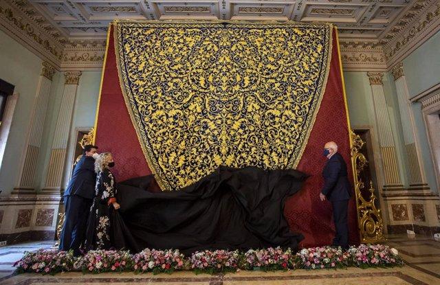 Manto de la Virgen de la Amargura de Huelva.