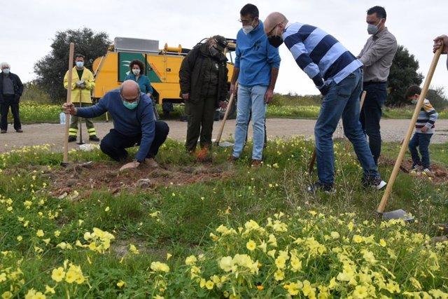 Plantación simbólica de especies autóctonas en Málaga para conmemorar el 28F