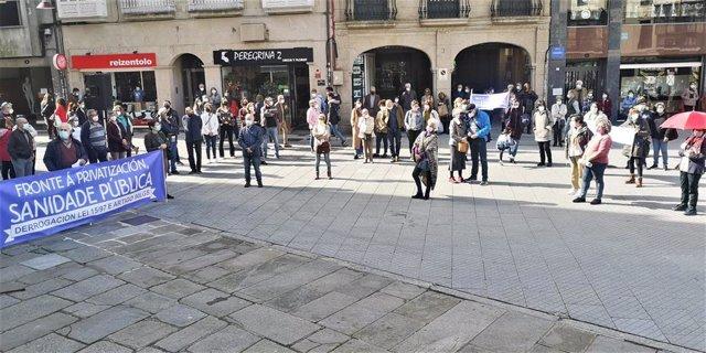 Un centenar de personas participa en una concentración por la sanidad pública convocada por CGT, Prosagap y STEG en Pontevedra.