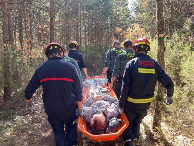 Bomberos de Soria y Guardia Civil rescatan a una de las mujeres heridas tras sufrir una caída en Covaleda (Soria).