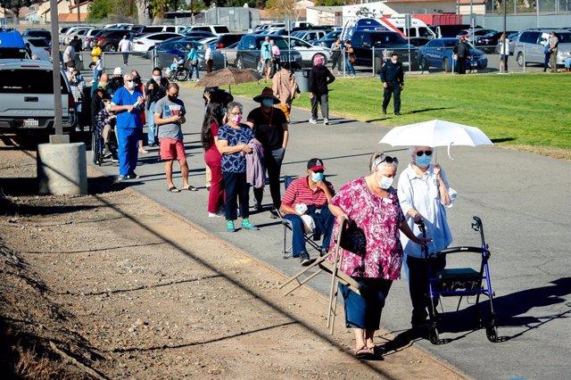 Archivo - 14 January 2021, US, Corona: People wait in line to receive their dose of the Moderna coronavirus (COVID-19) vaccine at a designated Riverside County vaccination center. Photo: Watchara Phomicinda/Orange County Register via ZUMA/dpa