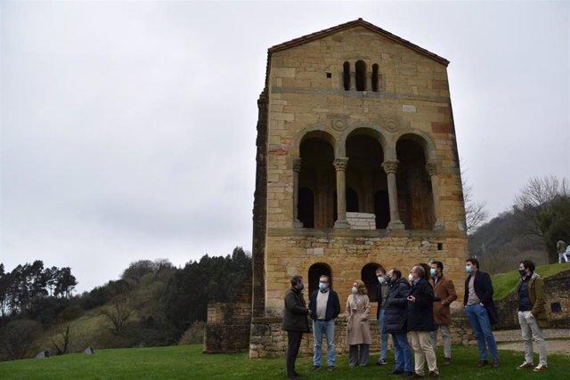 Visita de Jaime de Olano (PP) con dirigentes del PP autonómico a Santa María del Naranco.