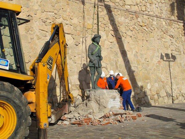 Una grúa retira la estatua de Franco situada en frente a la muiralla de 'Melilla La Vieja', en Melilla (España),  a 23 de febrero de 2021. La Asamblea de Melilla aprobó este lunes la retirada la estatua, ubicada frente a la muralla de 'Melilla La Vieja',