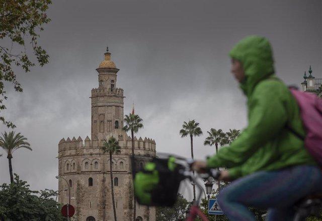 Archivo - La Torre del Oro durante una jornada de lluvia. En Sevilla (Andalucía, España), a 22 de octubre de 2020.