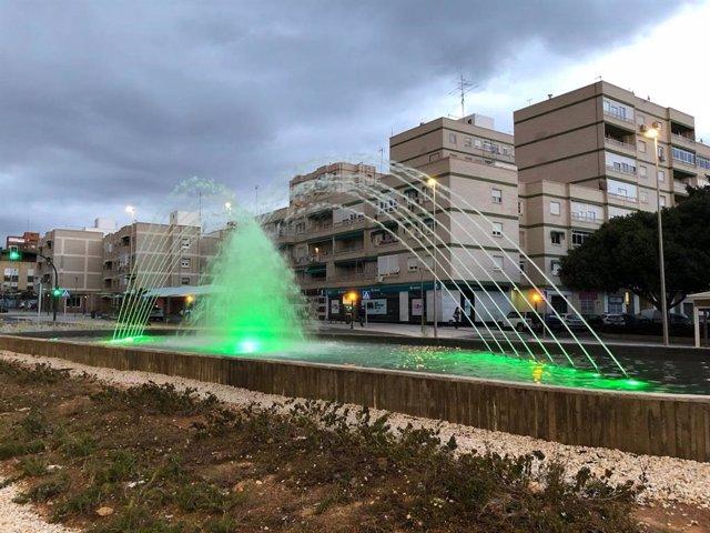 Fuente de la rotonda de la calle Santiago de Almería iluminada de verde por el Día Mundial de las Enfermedades Raras.