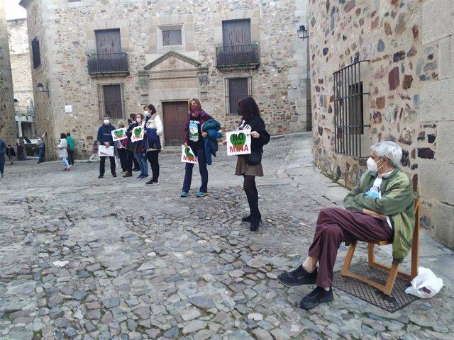 Cacereños forman una cadena humana desde la Plaza Mayor hasta el santuario de La Montaña en rechazo a la mina.