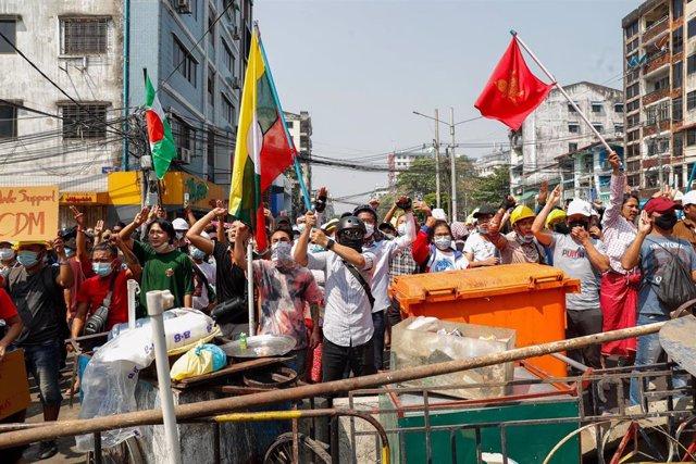 Manifestantes contra el golpe de Estado en Rangún, Birmania