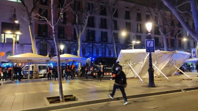 Lanzamientos contra la comisaría de la Guardia Urbana en La Rambla de Barcelona durante una manifestación por Pablo Hasel