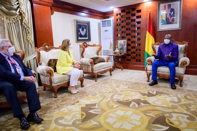 La secretaria de Estado de Exteriores, Cristina Gallach, con el presidente de Guinea, Alpha Condé