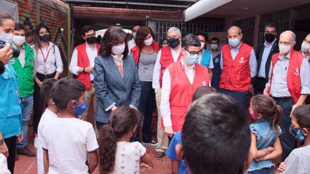 La ministra de Asuntos Exteriores, Arancha González Laya, y la canciller colombiana, Claudia Blum, en una visita a los migrantes venezolanos en la frontera con Colombia
