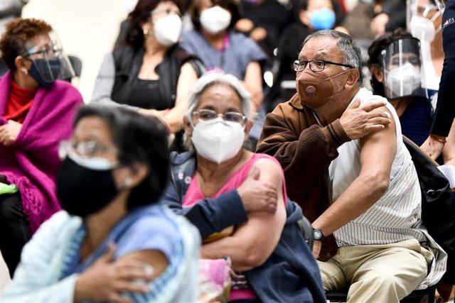 Ciudadanos vacunados con el inmunizador de Sinovac en Ecatepec, México.