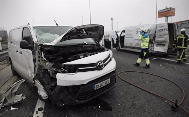 Un trabajador de una UVI móvil del SUMMA 112 en un accidente de tráfico durante una jornada de trabajo, en Madrid (España), a 29 de enero de 2021.