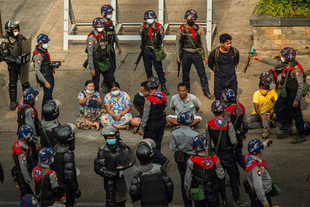 27 February 2021, Myanmar, Yangon: Police force arrest the anti-coup protesters after firing sound bombs to disperse the protesters during a demonstration at Hledan Township against the military coup and detention of civilian leaders in Myanmar. Photo: Th